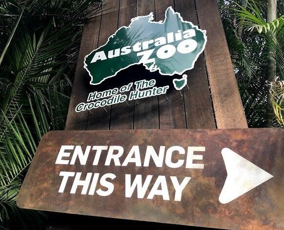 Australia Zoo エントランスにある大きなサインに『Australia Zoo』『Entrance This Way』と書いてある写真
