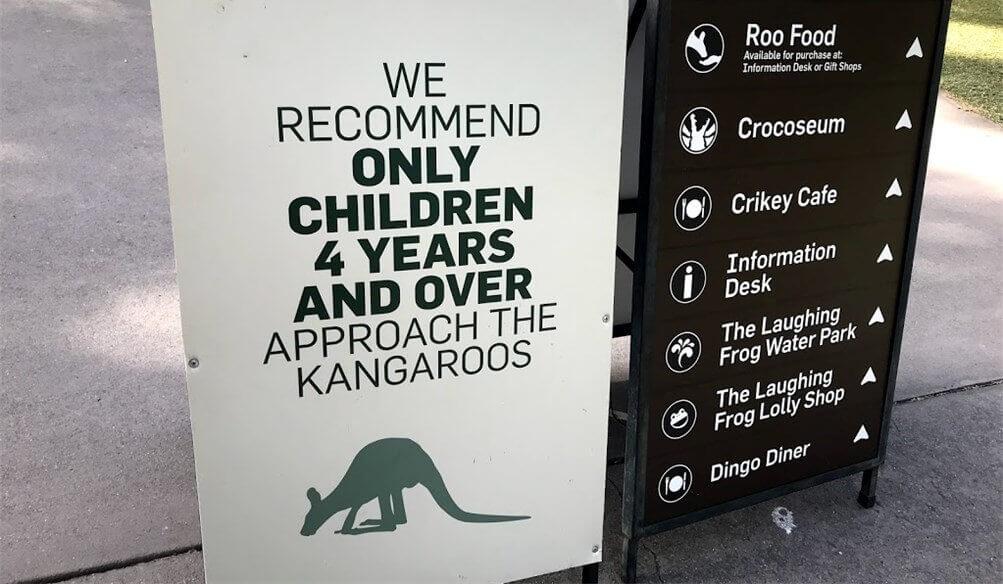 カンガルーがいるエリアに置いてある注意書きサインの写真