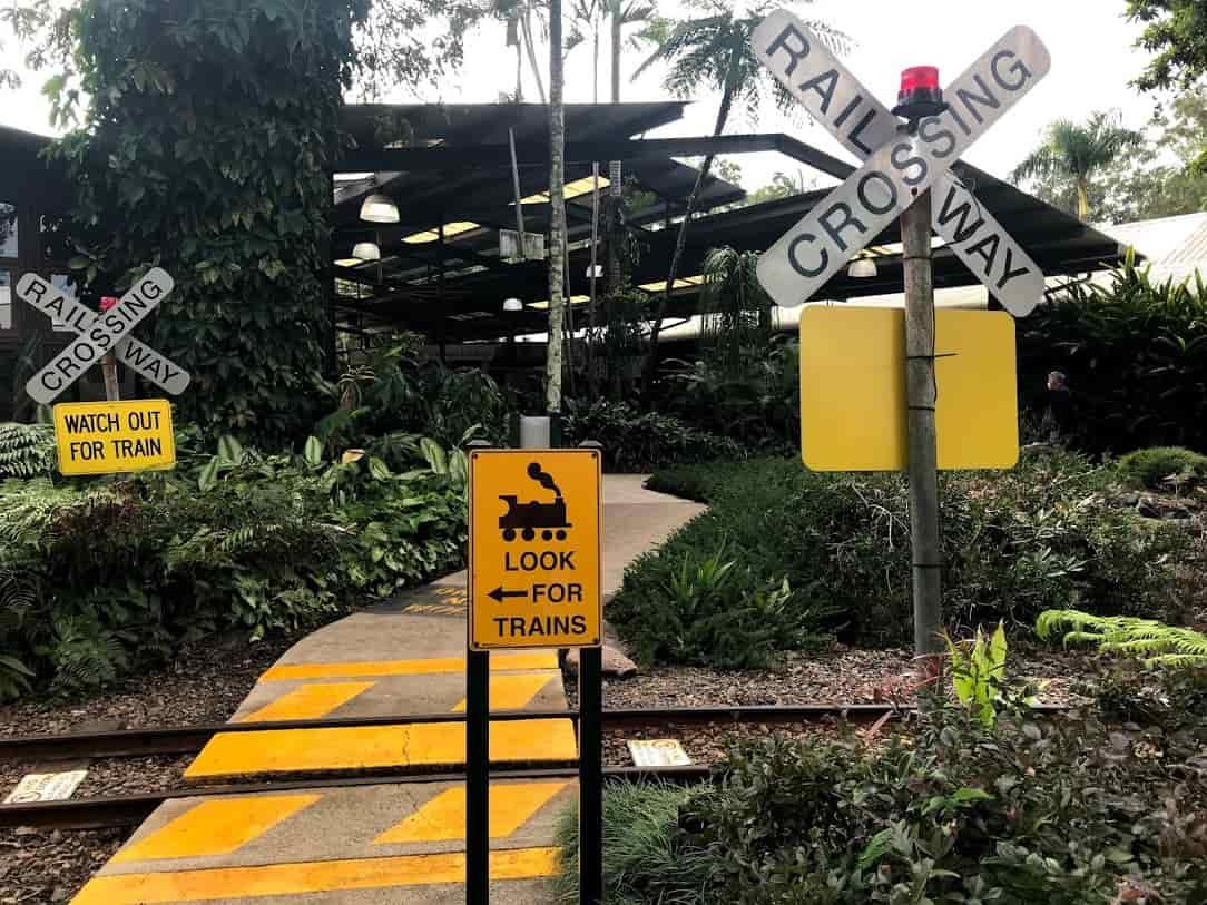 ジンジャーファクトリー園内の線路と標識  ©Kosodatebrisbane.com