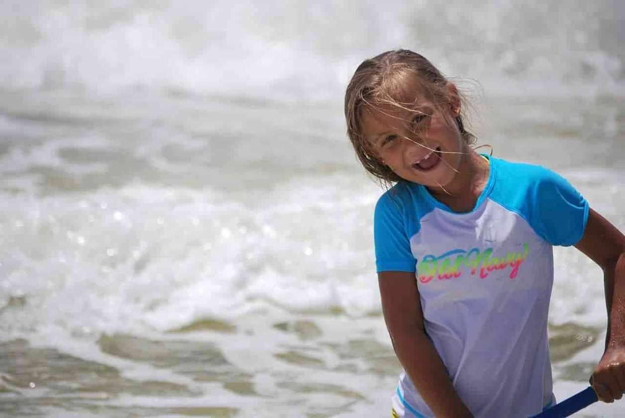 小学生の女の子がビーチで遊んでいる