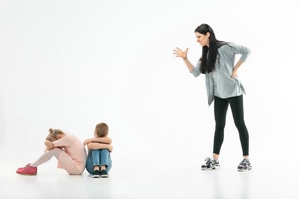 怒られる男の子と女の子