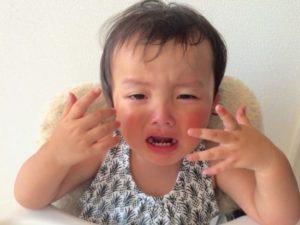 赤ちゃん 泣く 手を開く