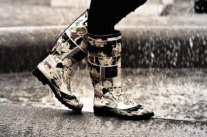 雨の日 長靴 モノクロ
