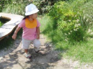 女の子 サンダル 公園 夏