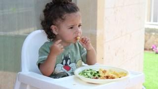 食事する子供