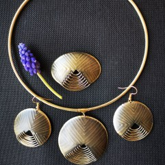 Jewellery set with round necklace and earrings, brooch and ring