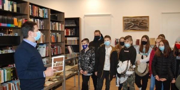 Učenici posjetili izložbu starih Biblija
