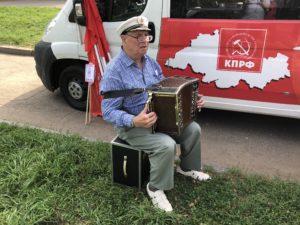 Гармонист на митинге в Костроме 2 сентября 2018