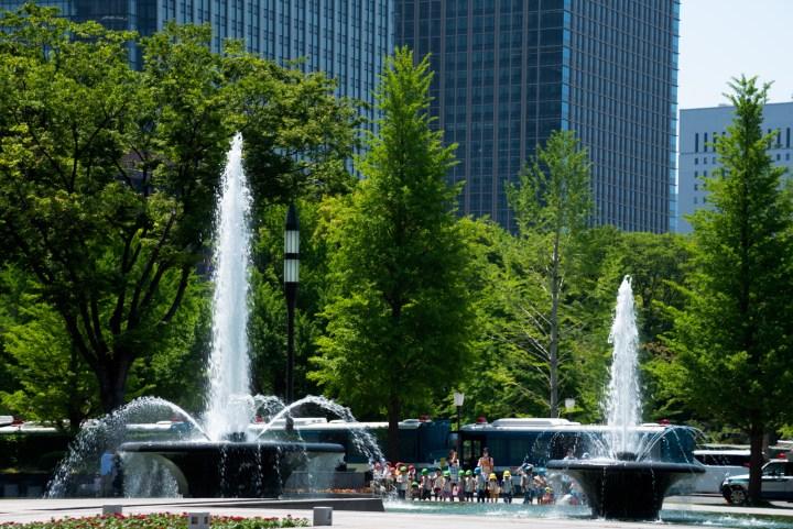 和田倉噴水公園の噴水と園児