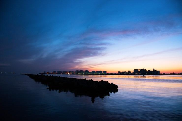 千葉ポートタワー付近の浜からの海