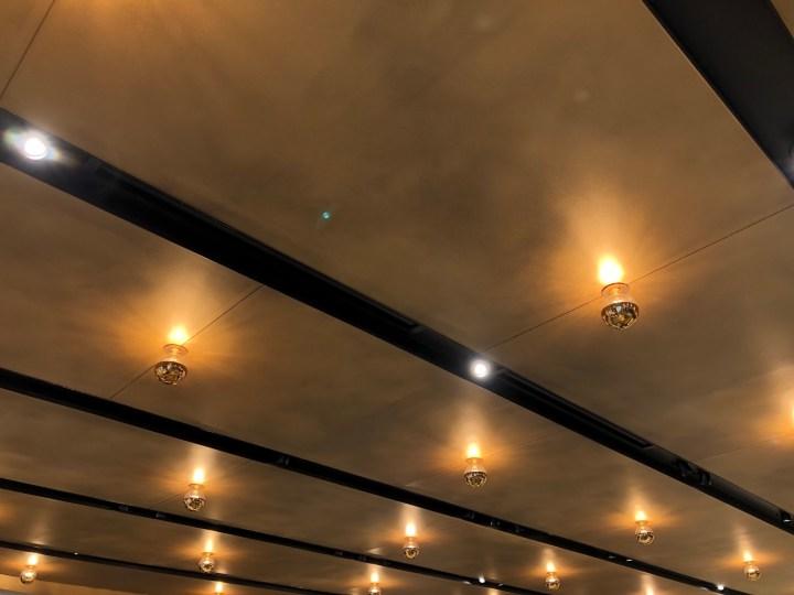 スターバックスリザーブストアの天井の照明