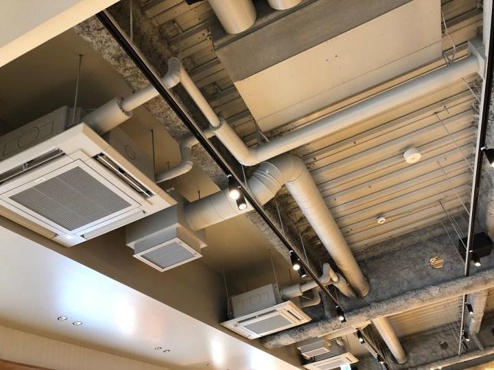スターバックスリザーブストア銀座マロニエ通り店の天井空調施設