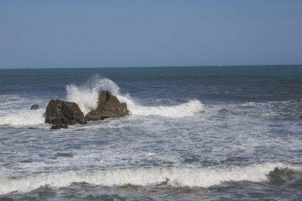 荒波にもまれる岩