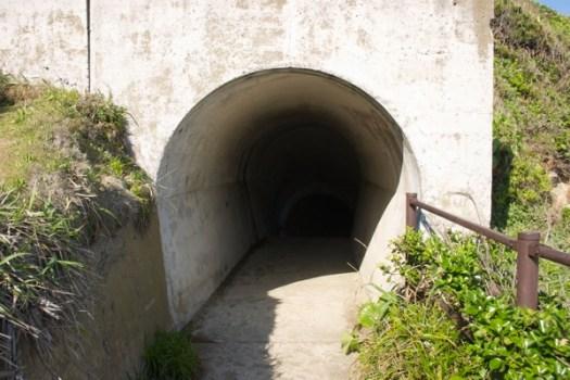 犬吠埼 海沿い通路のトンネル