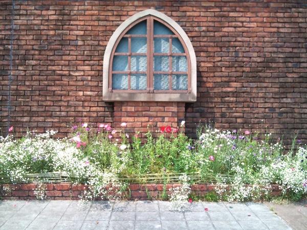 隅田川テラスの窓のオブジェ