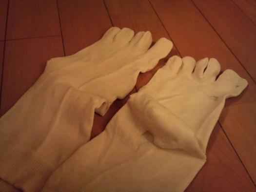 穴の開いた5本指靴下