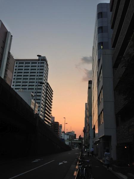 ビルの隙間の夕焼け