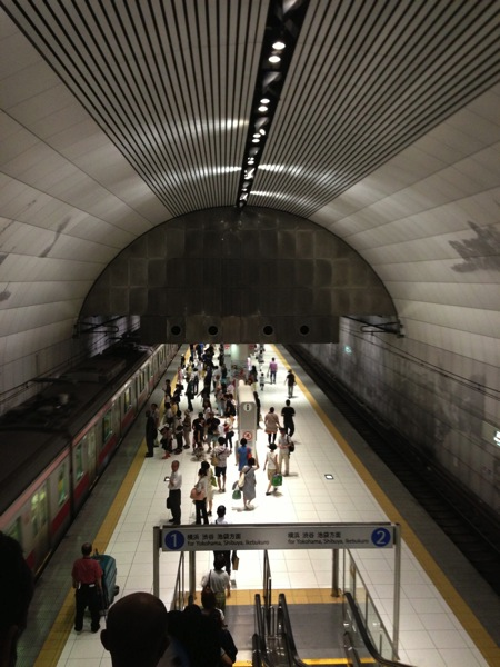 元町・中華街駅の天井をエスカレーターから撮影