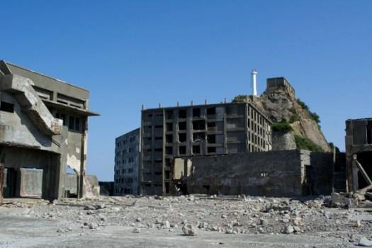 仕上工場と30号棟と肥前端島灯台