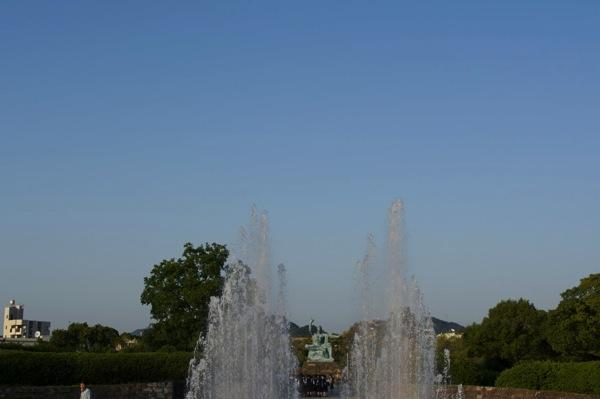 噴水の先の平和祈念像
