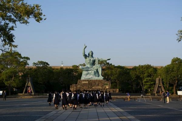 平和祈念像と学生たち