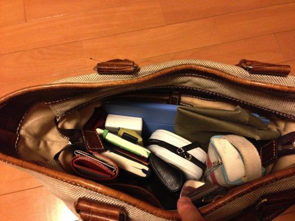鞄に荷物を入れる