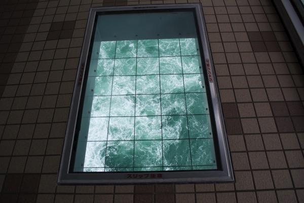 「渦の道」の床の窓