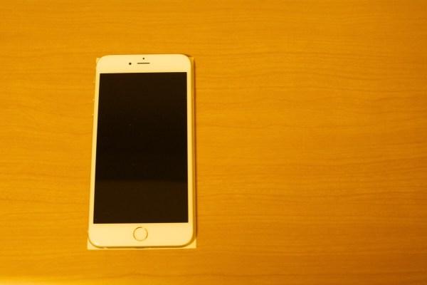 重ねたスターバックスのレシートとiPhone 6 Plus