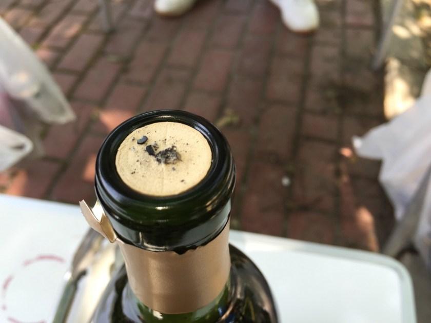 穴が開いたワインのコルク