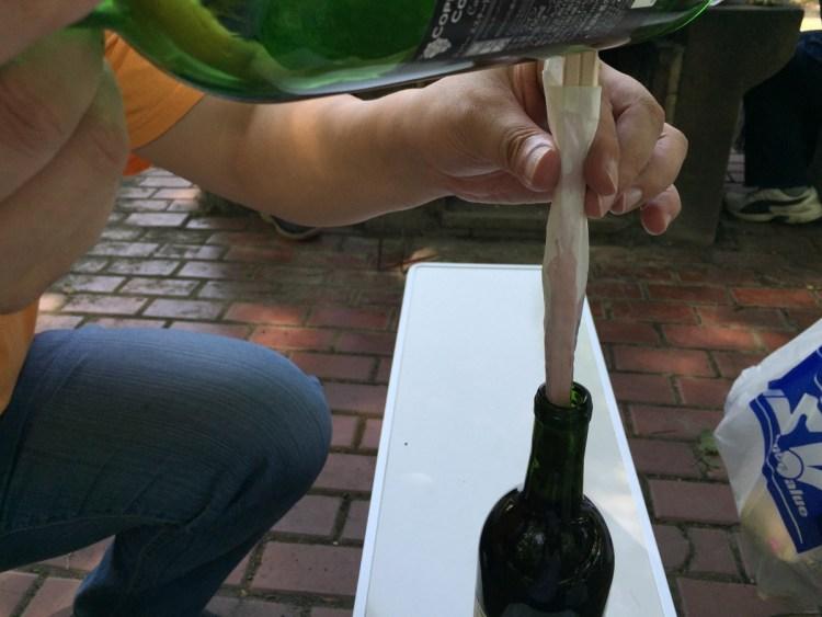 割りばしを瓶でたたいてワインのコルクを貫いた