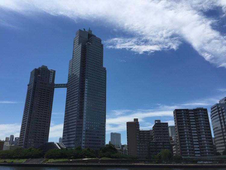青空と聖路加タワー