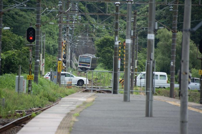 佐貫町駅から各駅停車を見送る