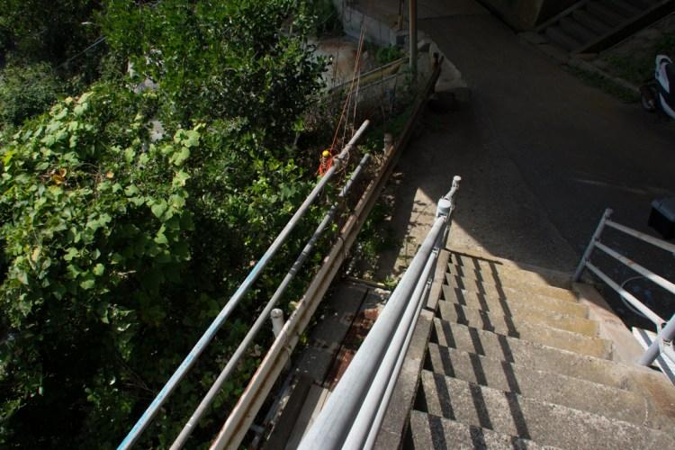 大沢横の階段の横のおせんころがし旧道