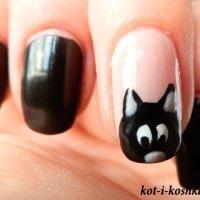 Кот на ногтях