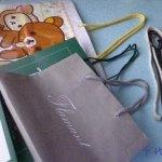 紙袋の[ひも]は綺麗で便利!額やカレンダーを飾るのに使えます
