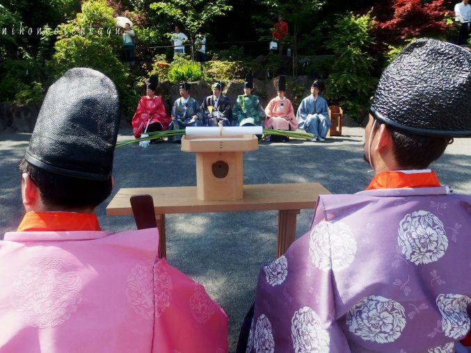 鎌倉宮 草鹿式 水干・直垂・烏帽子姿で弓を射る、鎌倉時代絵巻