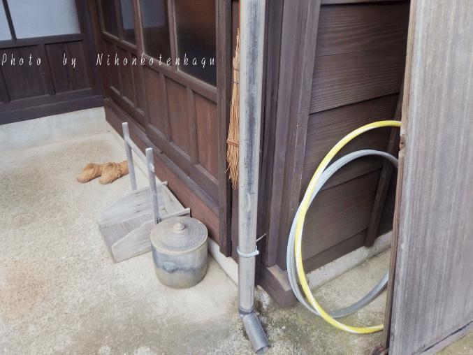 昭和の暮らし博物館 昭和26年の家 庭にフラフープ