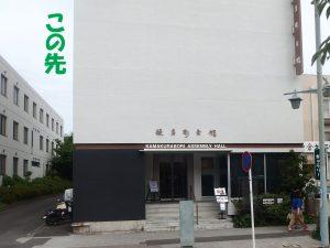 宇津宮稲荷は、カトリック教会と鎌倉彫会館の間の路地にあります