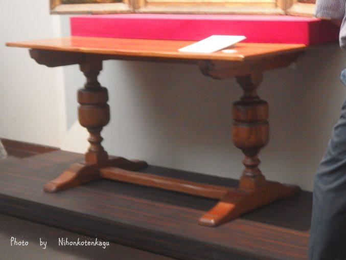 イギリス・ルネッサンス様式のテーブル
