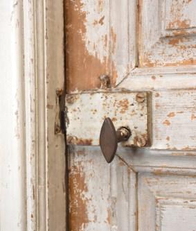 Yhden yläkerran huoneen ovessa näkyy ajan patina jopa 160 vuoden ajalta.
