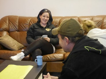 Kris-päiväkeskuksella ruuanlaittoa opettaa Marika Mutanen. Avajaispäivänä ovi kävi tavallista tiuhemmin, kun kahvittelijoita piipahti tutustumassa järjestön tiloihin Liperin kirkonkylällä.