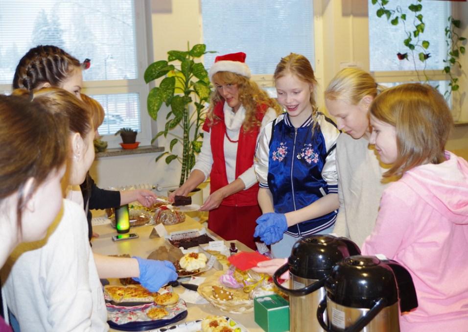 Koululaiset myivät leivonnaisia Jyrin joulumyyjäisissä viikonloppuna.