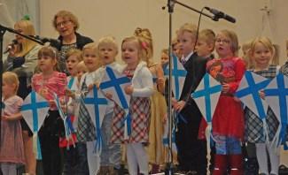 Päiväkodin lapset esittivät Tuulien teitä -kappaleen kutosluokan bändin säestämänä.