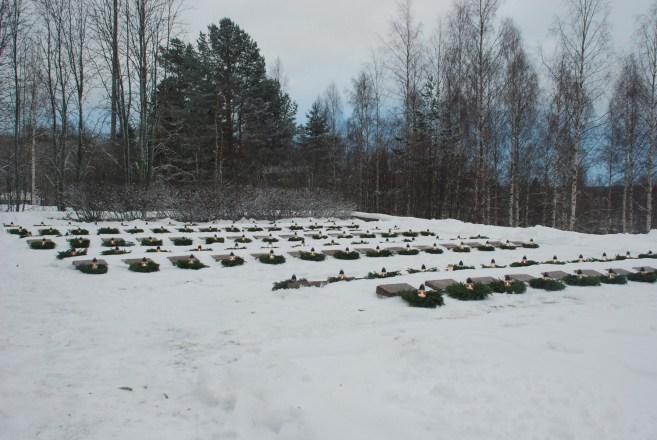 aikille talvi- ja jatkosodissa menehtyneiden haudoille laskettiin havuseppeleet ja kynttilät.