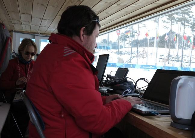 Suomen Biathlonin Petri Pennanen ja Kati Kurvinen keskittyivät tiukasti lauantaina tietokonehommiin.