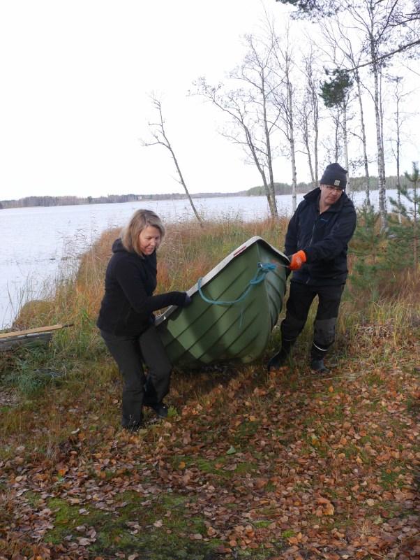 Juha Lehtosen ja Anne Hiltusen veneet joutavat talviteloille lokakuussa. Talven tullen mökkirannasta lähdetään järvelle muun muassa suksipelillä.