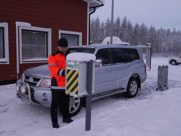 Kun auto on ajettu vaa'alle, vilautetaan lukijassa maksuautomaatilta saatua QR-koodia. Mallia näyttää Jari Pajarinen.