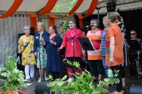 Riäkkylän laulavaisissa naisissa ääntään käyttävät Päivi Luostarinen, Anne Salin, Mammu Koskelo, Sari Hirvonen, Usi Riikonen, Sirkka-Liisa Vuorjoki, Satu Pennanen ja Jaana Nikkilä.