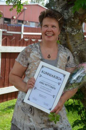 Leipuri Anu Hyttinen valittiin kunniaheinämieheksi kihausperjantaina.