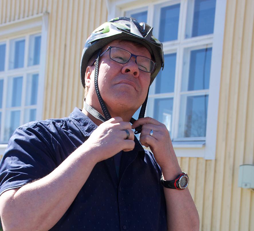 Kari Tahvanainen on kulttuurin monitoimimies: kirjailija, toimittaja, tuottaja ja kirjallisuusyhdistys Ukrin aktiivi. Pyöräily on hänelle rakas harrastus.
